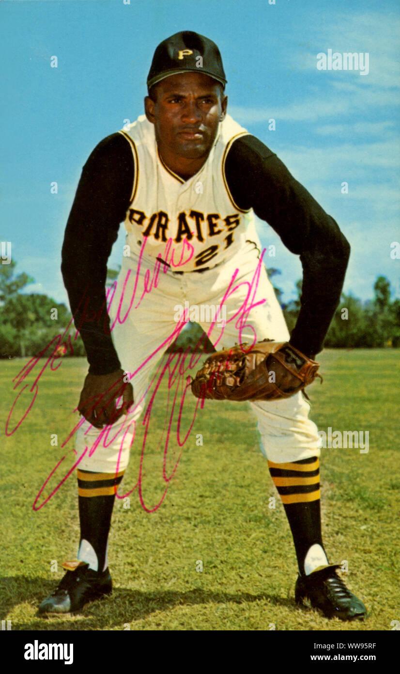 Foto autografiada de Roberto Clemente, quien fue un jugador de béisbol del Salón de la Fama de los Piratas de Pittsburgh en la década de los 50s y 60s que trágicamente murió joven en un accidente de avión entregando ayuda a su tierra natal de Puerto Rico. Foto de stock