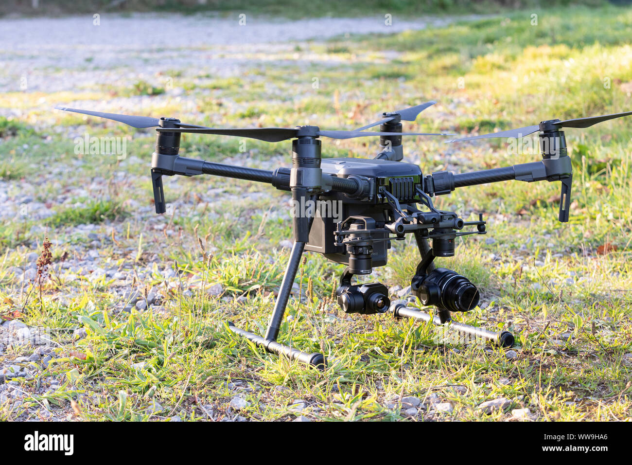 Zumbido en el campo de vuelo - Drone operación comercial Foto de stock