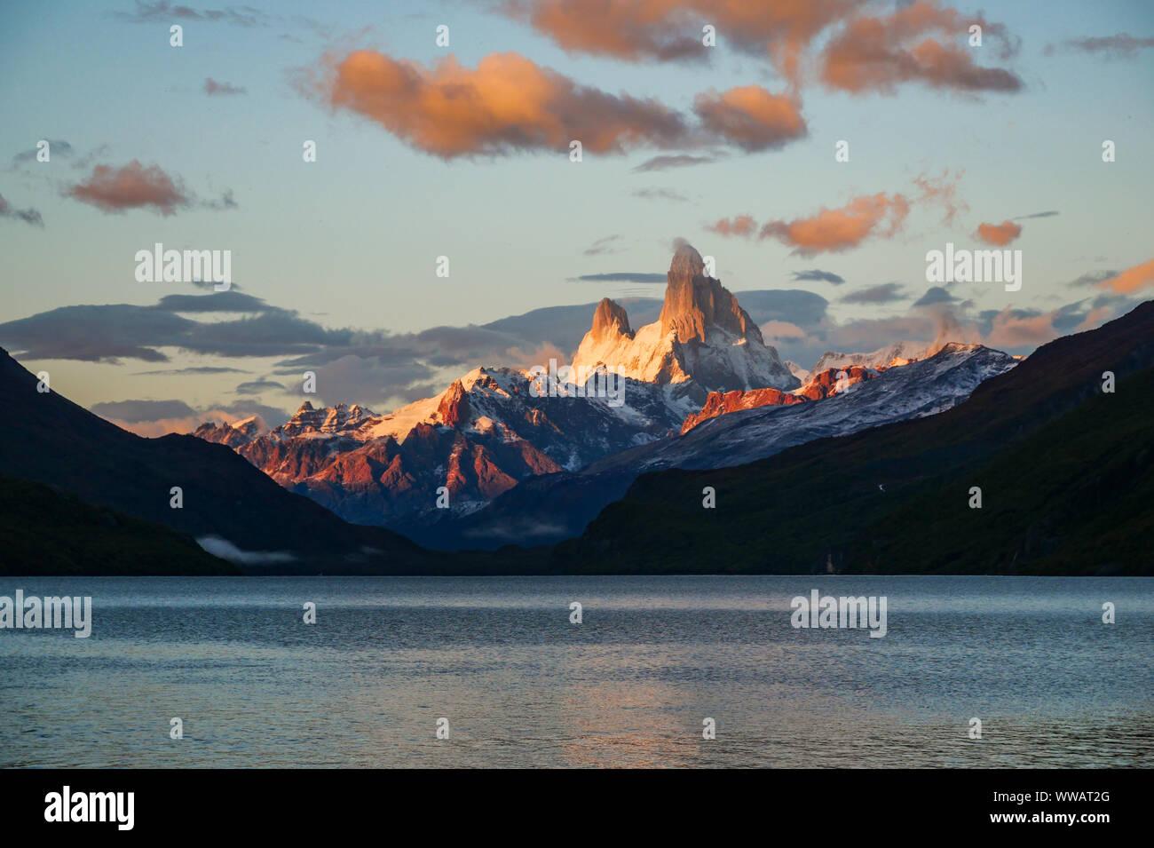 Vista de la hora dorada del Monte Fitz Roy desde el Lago del Desierto, El Chalten, Argentina Foto de stock
