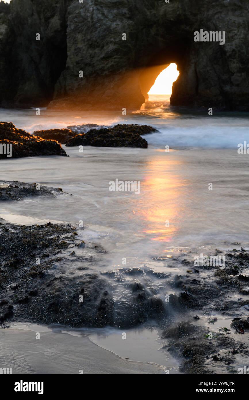 El sol a través de Harris Creek State Park arco al mar justo al norte de la Institución Brookings, Oregon, América del Norte a lo largo de la costa del Pacífico. Foto de stock
