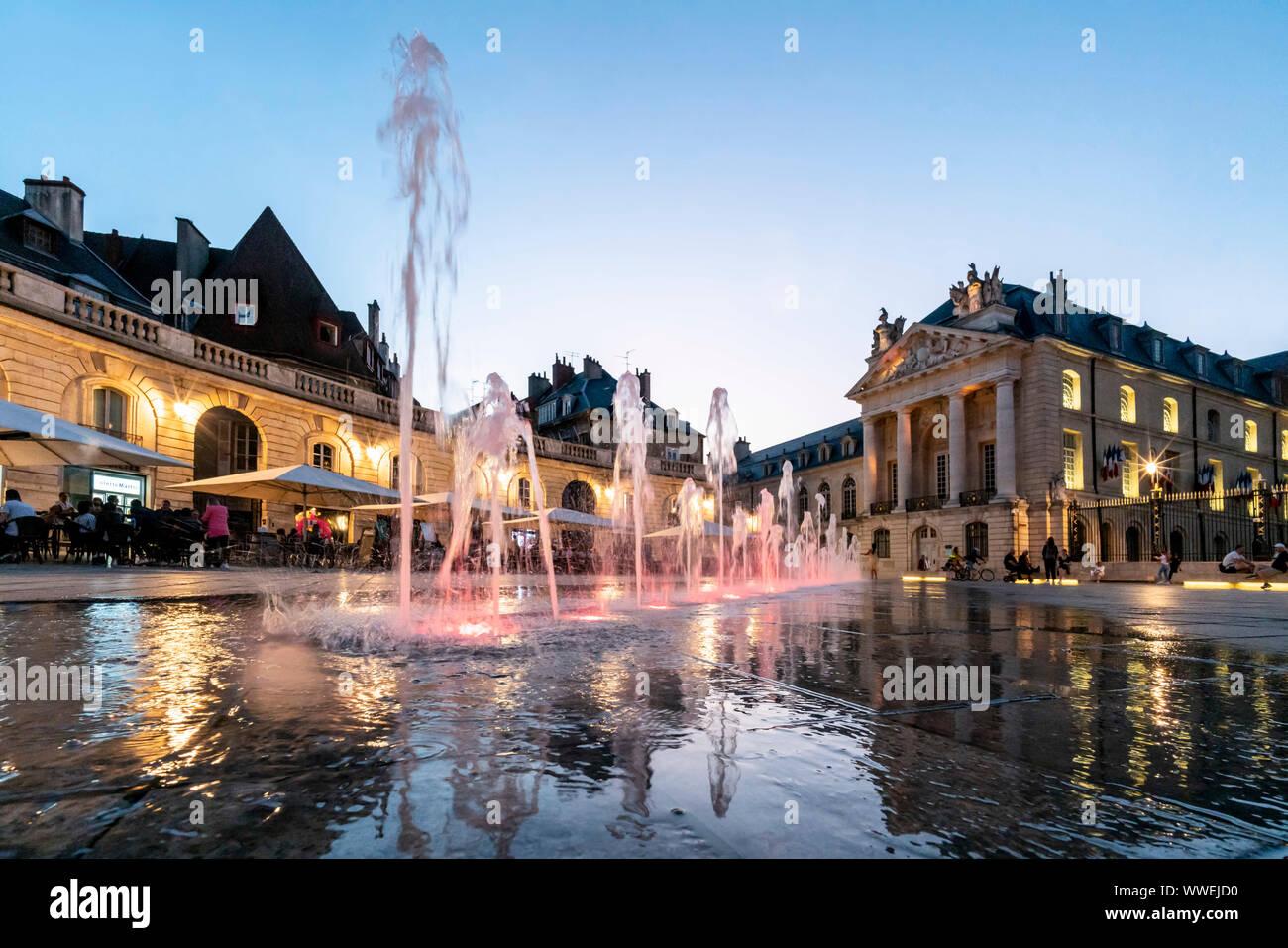 Fuentes de agua en lugar de la liberación en Dijon, Le Palais des Ducs de Bourgogne, ducs palace, Cote d Or, Borgoña, Francia Foto de stock