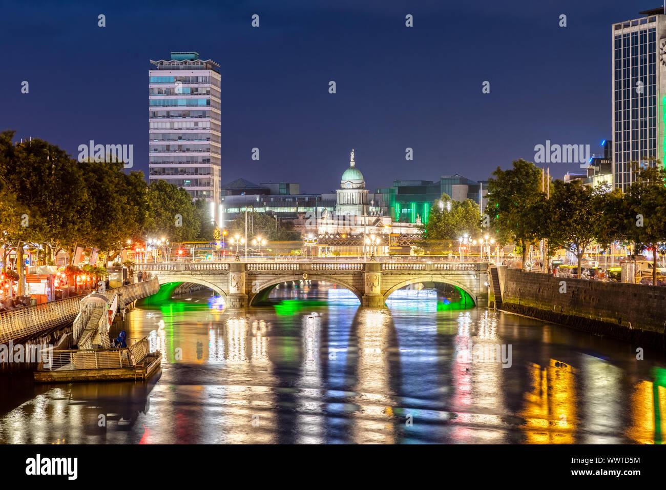 El Puente O'Connell en Dublín, Irlanda durante la noche Foto de stock