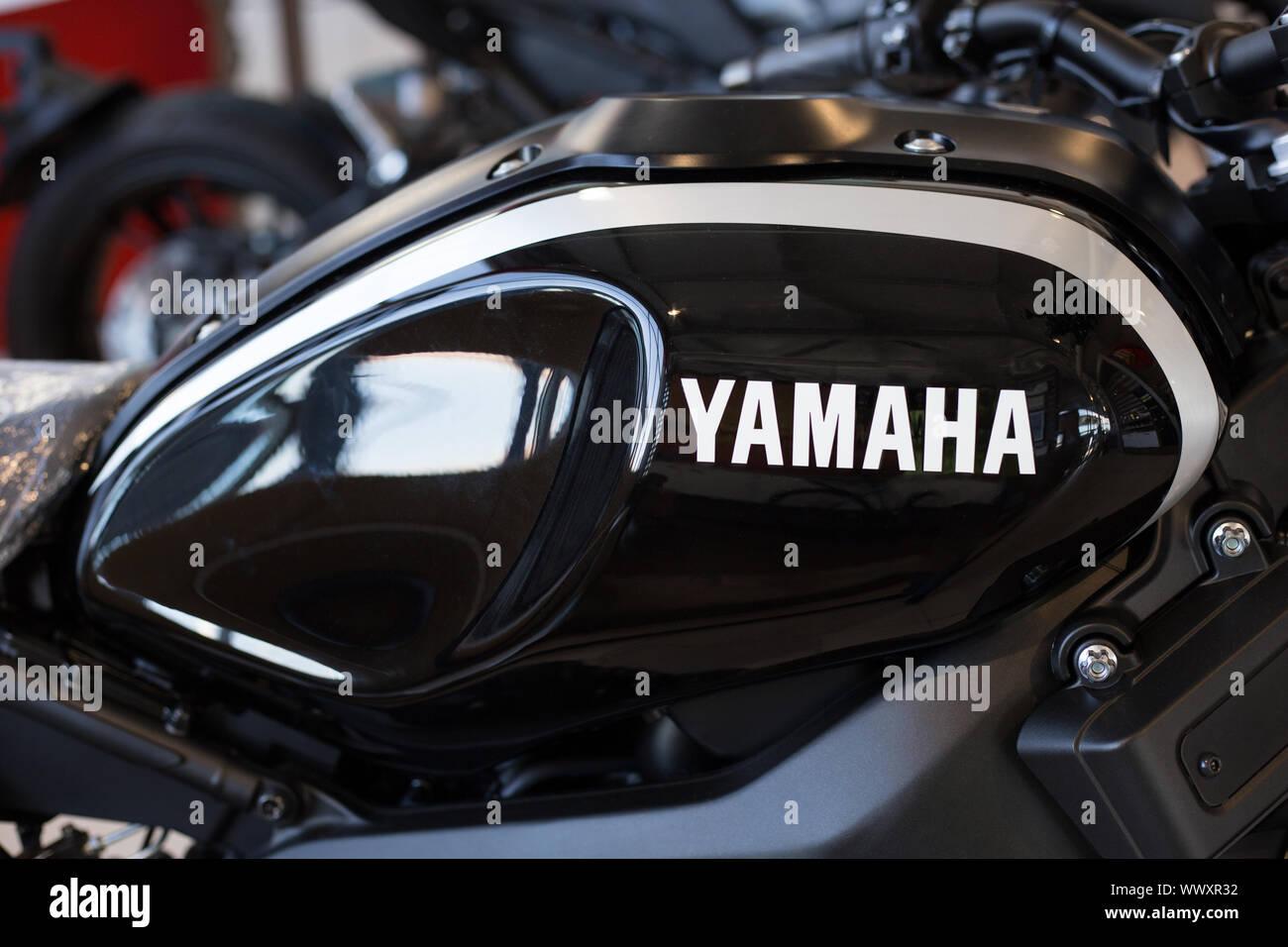 Rusia, Izhevsk - Agosto 23, 2019: Yamaha showroom. Logotipo de Yamaha sobre el depósito de gasolina de moto nueva y moderna. La famosa marca mundial. Foto de stock