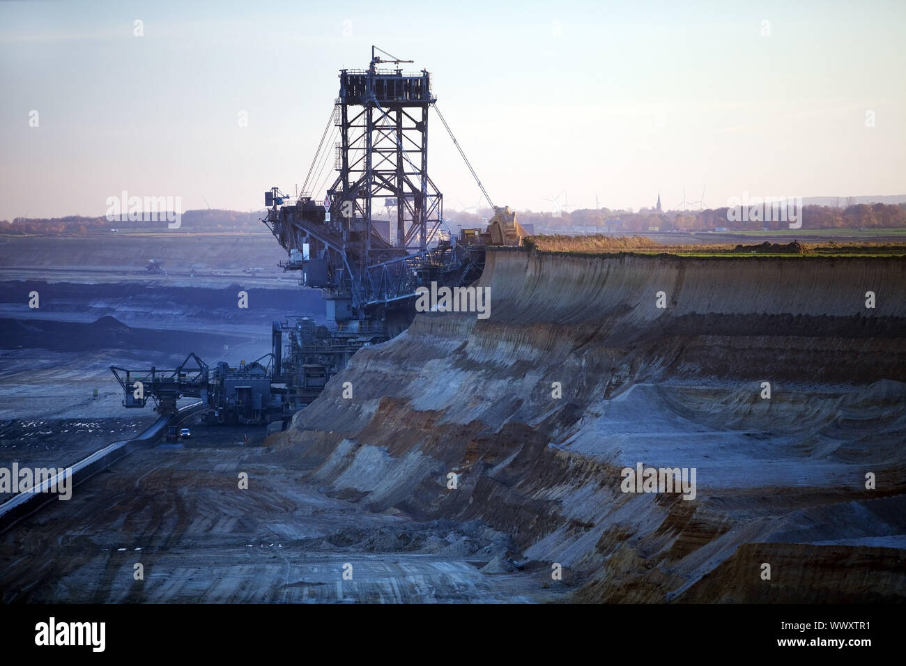 Carbón pardo minería superficial con la cuchara excavadora de ruedas , Garzweiler, Juechen, Alemania, Europa Foto de stock