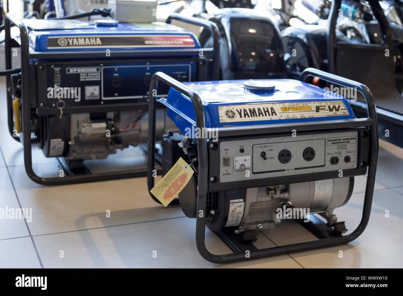 Rusia, Izhevsk - Agosto 23, 2019: Yamaha showroom. Los generadores diesel modernos de Yamaha. La famosa marca mundial. Foto de stock