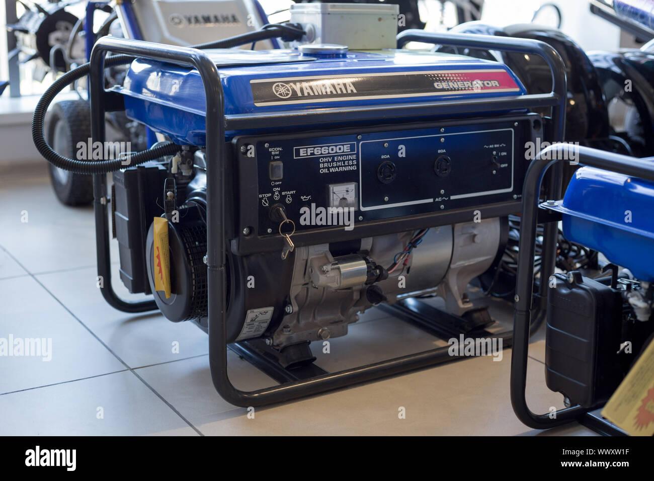 Rusia, Izhevsk - Agosto 23, 2019: Yamaha showroom. Generador Diesel modernos Yamaha EF6600E. La famosa marca mundial. Foto de stock