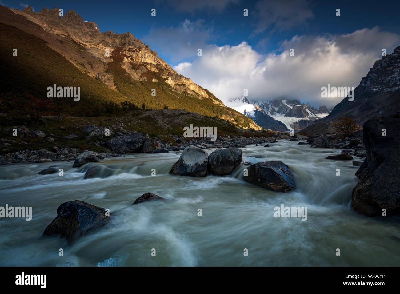 Rio el río de Fitz Roy, el Monte Fitz Roy y el Cerro Torre, El Chaltén, Parque Nacional Los Glaciares, declarado Patrimonio de la Humanidad por la UNESCO, Patagonia, Argentina Foto de stock
