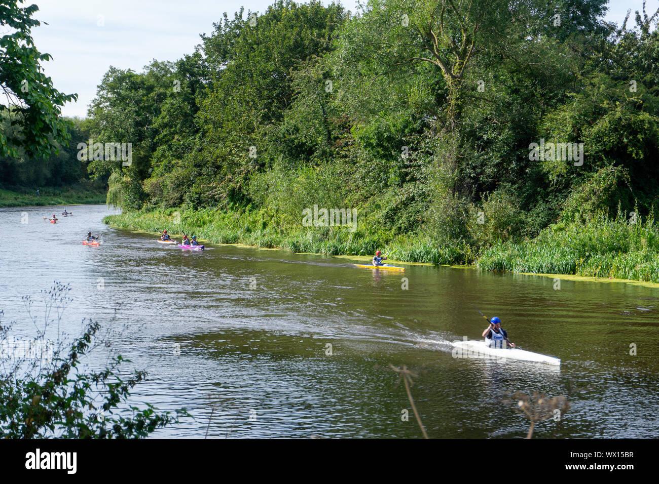 Un grupo de competidores en el Liffey ascendencia internacional al aproximarse el fin de su carrera de más de 30 km en Islandbridge, Dublín. Foto de stock