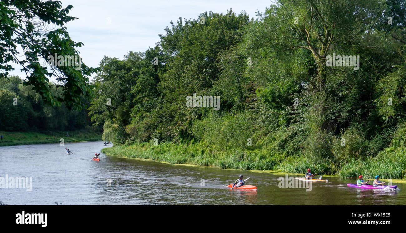 Un grupo de participantes en el Liffey Internacional anualmente una carrera de descenso en kayak que abarca más de 30 km. Foto de stock