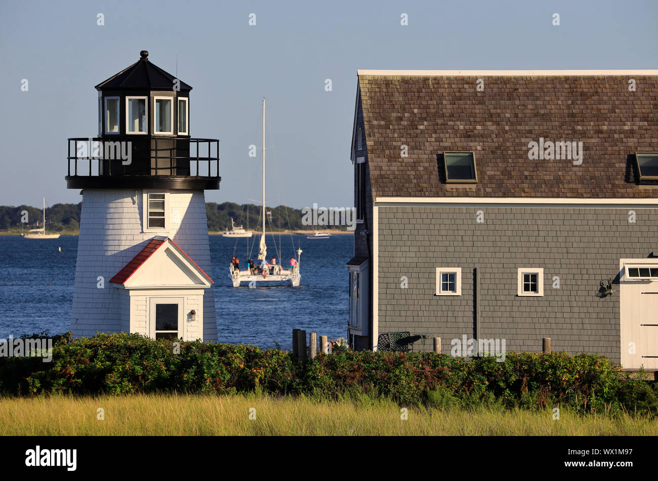 Hyannis Harbor Lighthouse aka Faro Bahía Lewis con un catamarán .Hyannis.Cape Cod.Massachusetts.EE.UU. Foto de stock