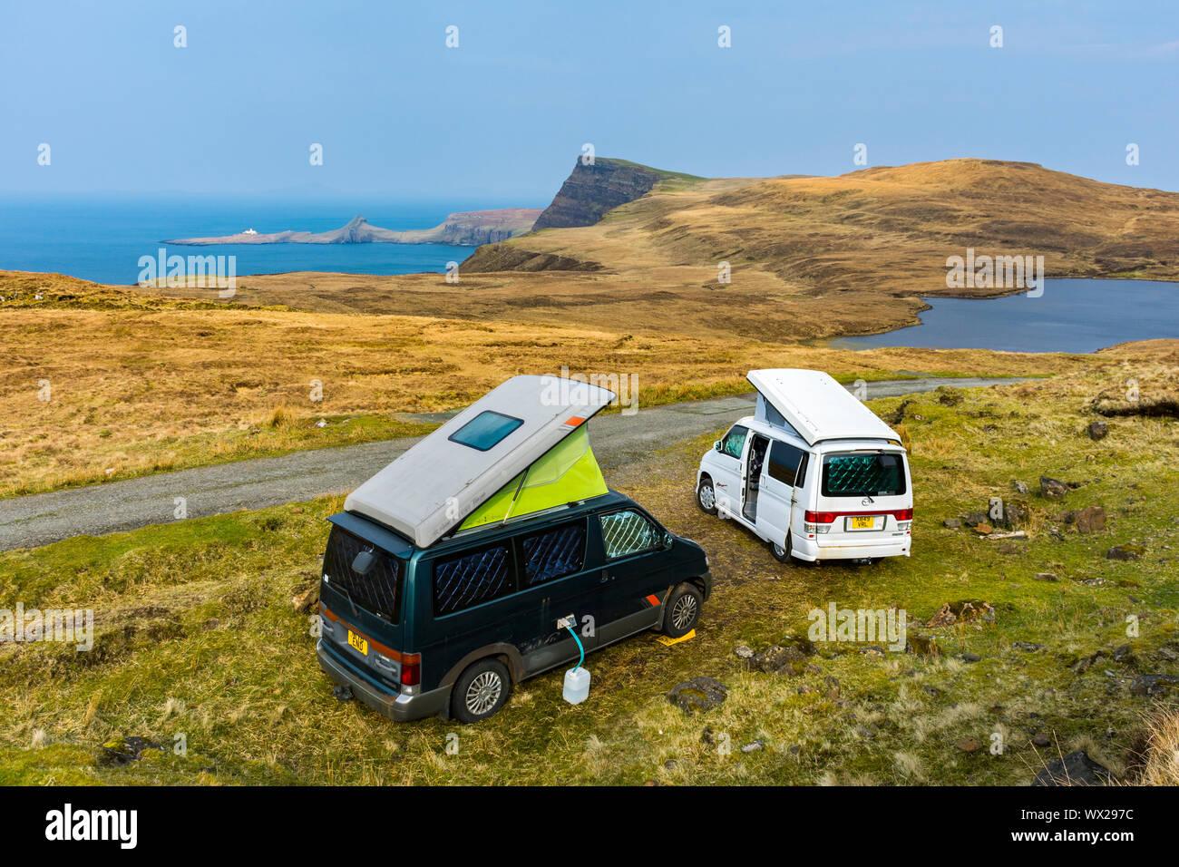 Dos Mazda Bongo autocaravanas camping salvaje cerca de Loch Eishort, mirando hacia Waterstein Head y Neist Point, Duirinish, Isla de Skye, Escocia, Reino Unido Foto de stock