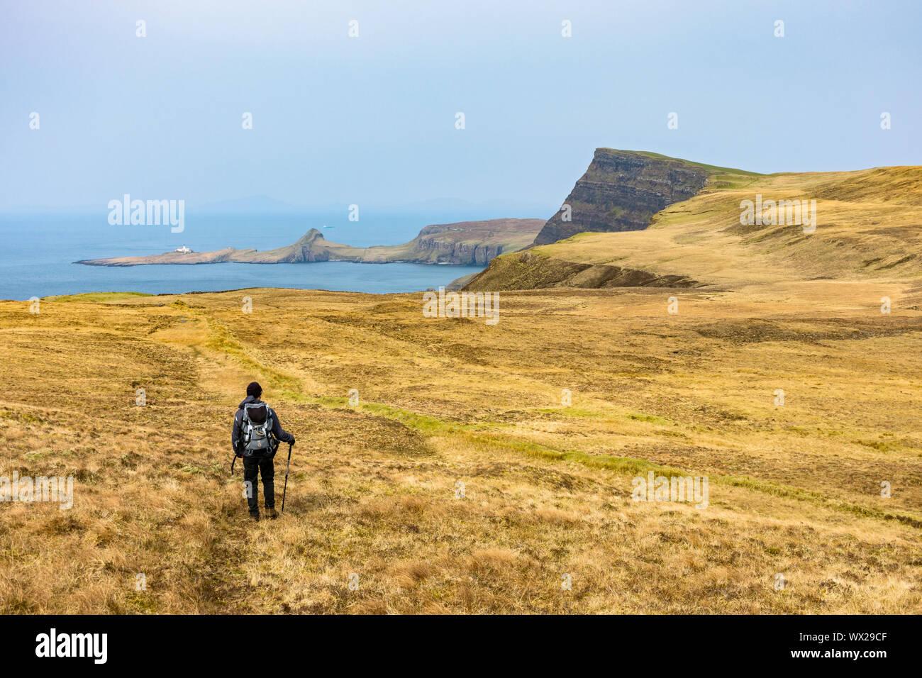 Un caminador hacia Waterstein Head y Neist point de las cuestas sobre acantilado Ramasaig Duirinish, Isla de Skye, Escocia, Reino Unido Foto de stock