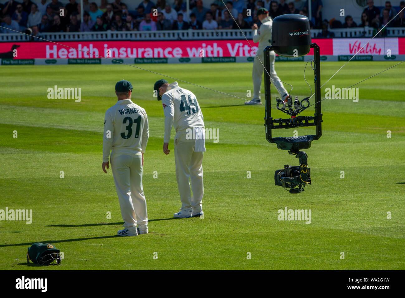 Spidercam en el óvalo de Inglaterra. v Australia Test Match.La Spidercam es un sistema que permite que las cámaras de cine y televisión para mover verticalmente y horizontalmente sobre una determinada área, generalmente el campo de juego de un evento deportivo como un cricket pitch, campo de fútbol o una pista de tenis. El nombre Spidercam es una marca registrada. Foto de stock
