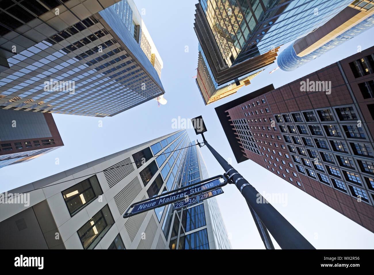 Frog's Eye View de rascacielos en el distrito bancario, Frankfurt am Main, Hesse, Alemania, Europa Foto de stock