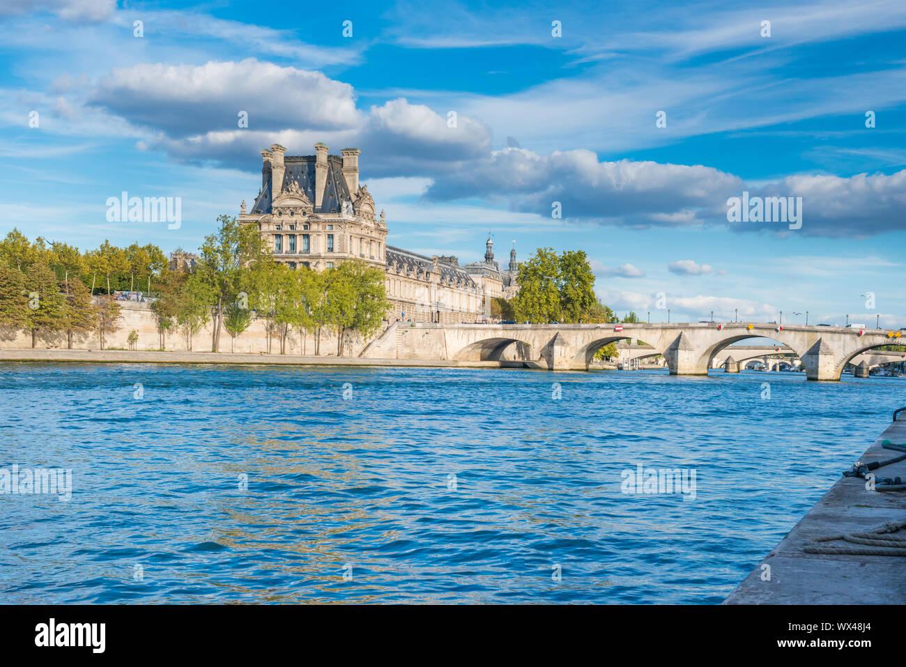 Ver al Louvre en París sobre el río Sena. Foto de stock