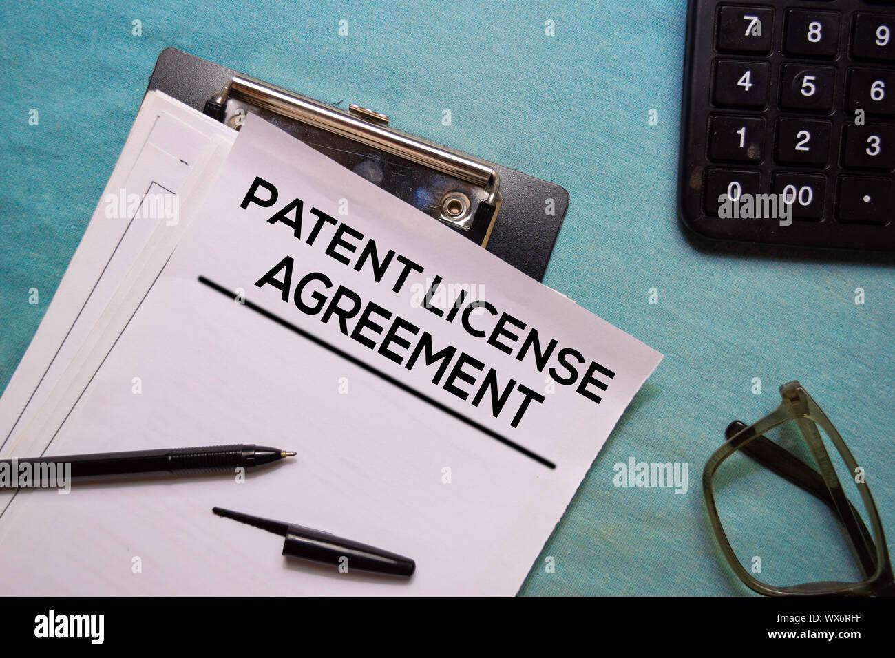 Acuerdo de licencia de patente en forma de documento de texto aislado en la oficina. Foto de stock