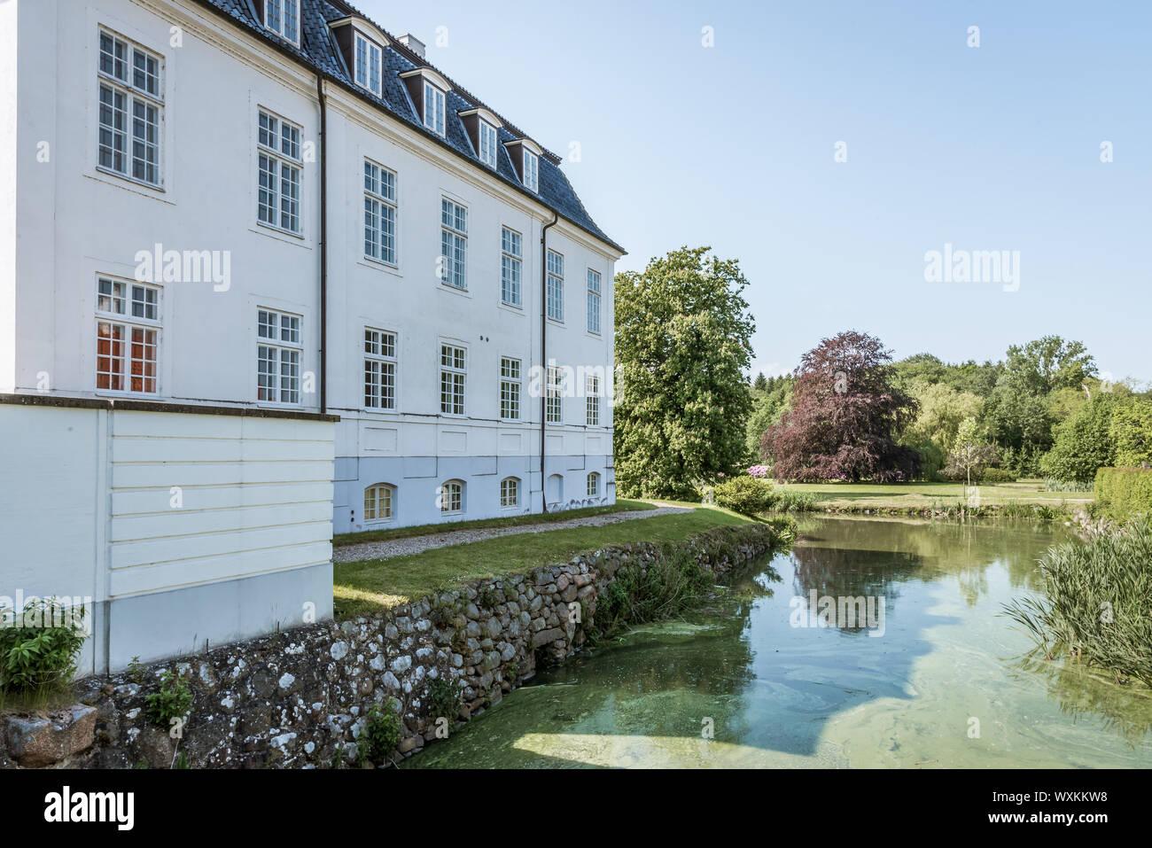 Hvidkilde Castillo en el sur de Funen, un gran edificio blanco con un foso, Fionia, Dinamarca, 12 de julio de 2019 Foto de stock