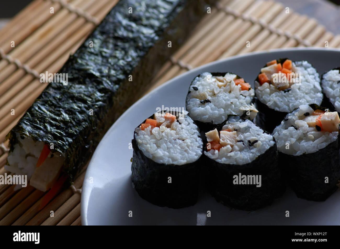 El maki Roll sushi casero Foto de stock