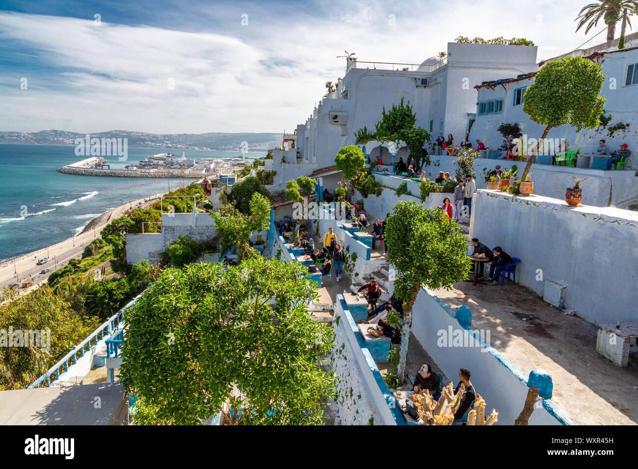La vista exterior trasera desde el Café Hafa, en la cima del acantilado con vistas a la Bahía de Tánger, inaugurado en 1921, visitado por muchas celebridades del día, Marruecos Foto de stock