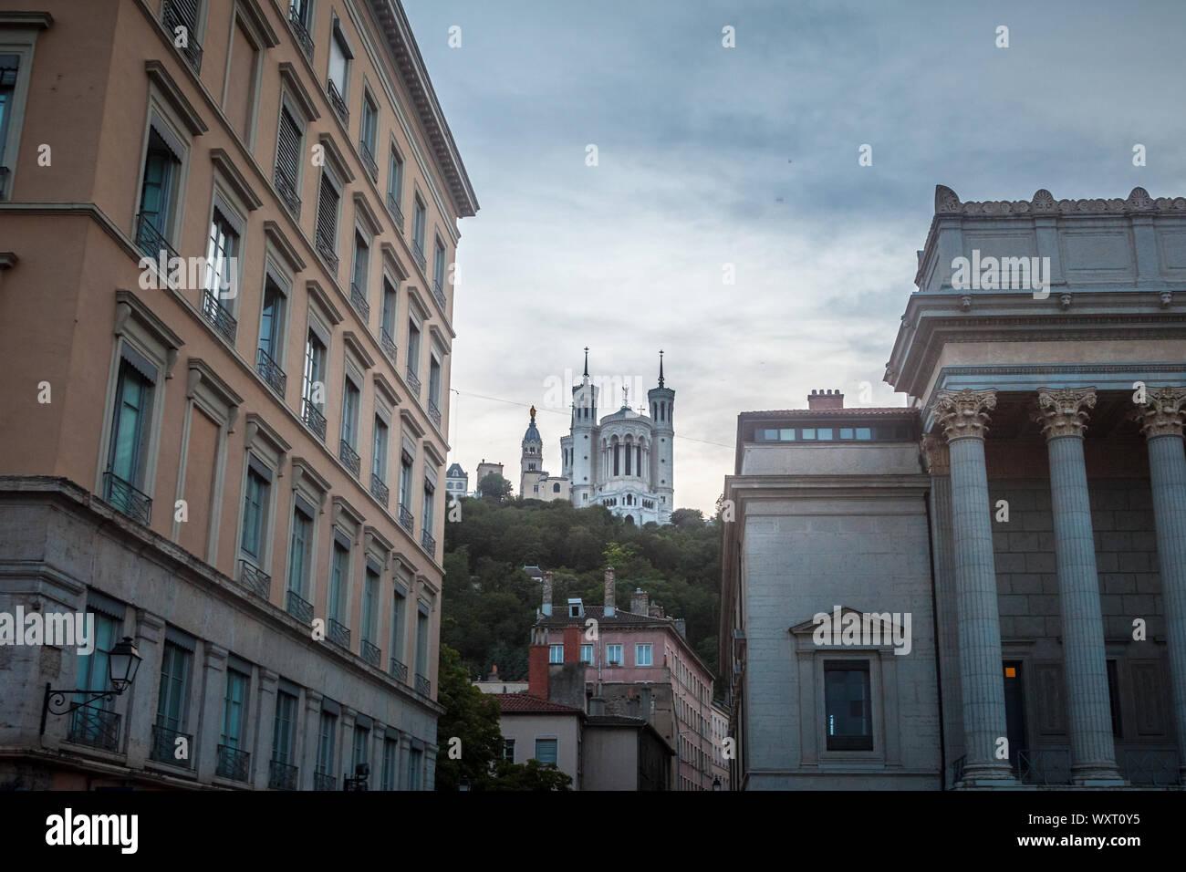 LYON, FRANCIA - Julio 13, 2019: la Basílica de Notre Dame de Fourviere basílica en Lyon, Francia, rodeada por edificios históricos de la Fourvière Hil Foto de stock