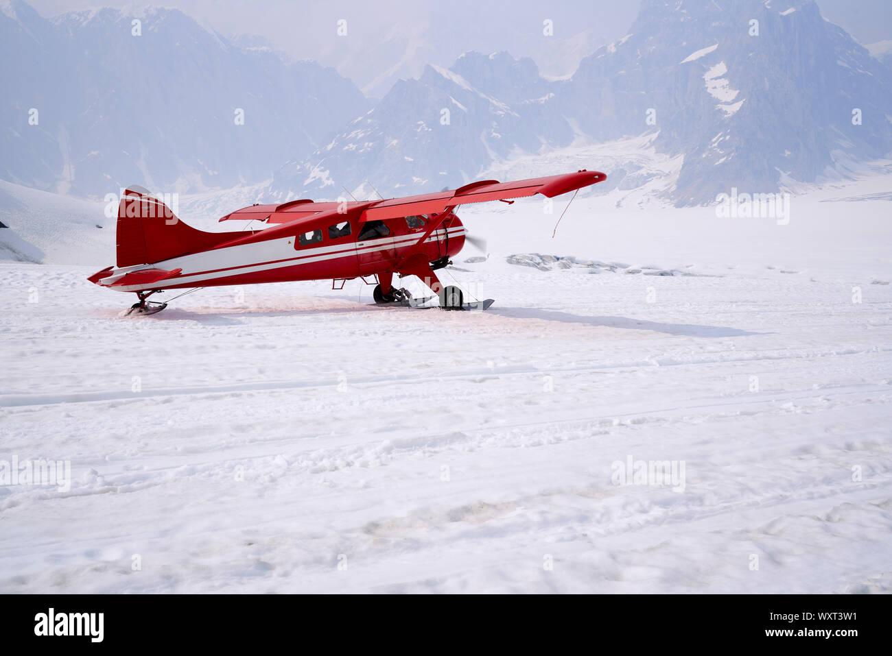 Avión en un glaciar desembarco en el Parque Nacional Denali, Alaska Foto de stock