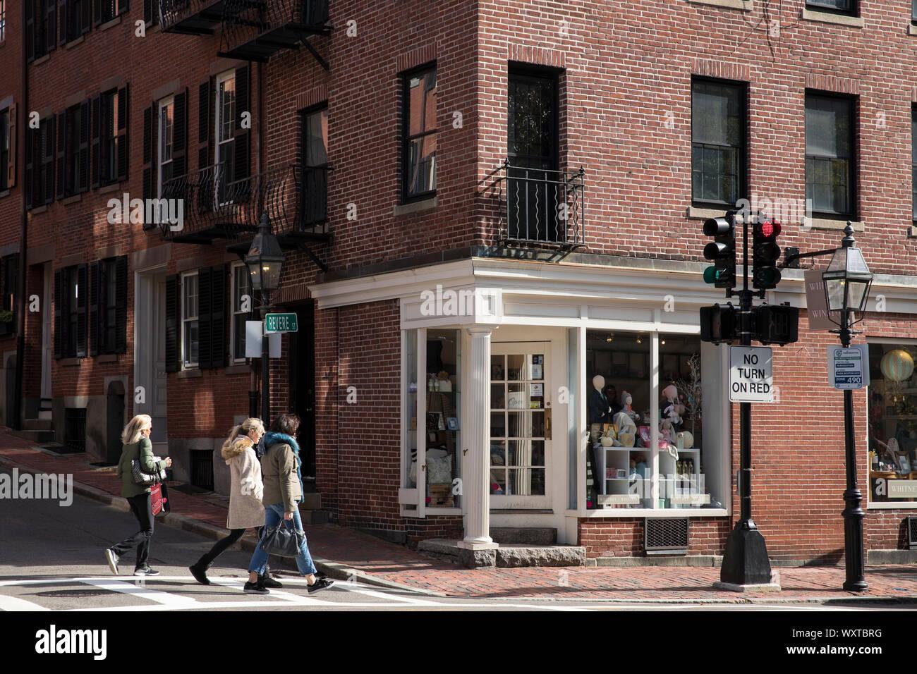 Escena callejera de gente caminando, tiendas, el tráfico y los semáforos, en el histórico distrito de Charles Street, ciudad de Boston, EE.UU. Foto de stock