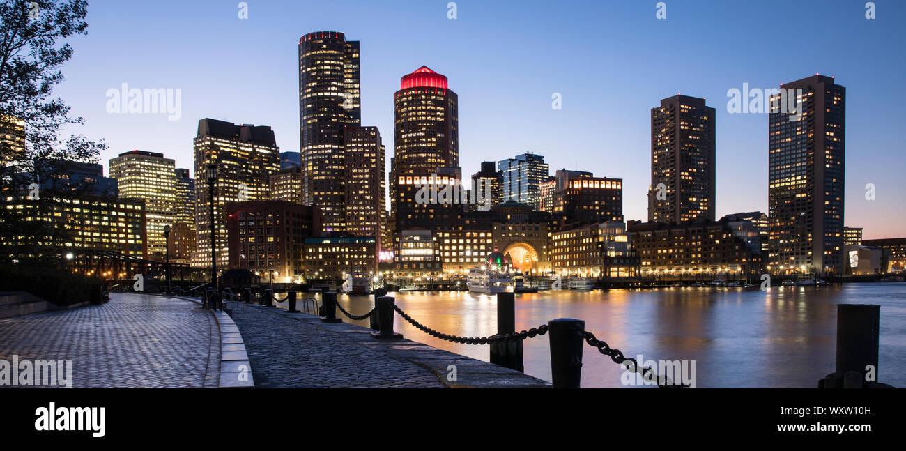 Paisaje urbano de rascacielos y altos edificios de la ciudad de Boston, Massachusetts, EE.UU. por la noche Foto de stock
