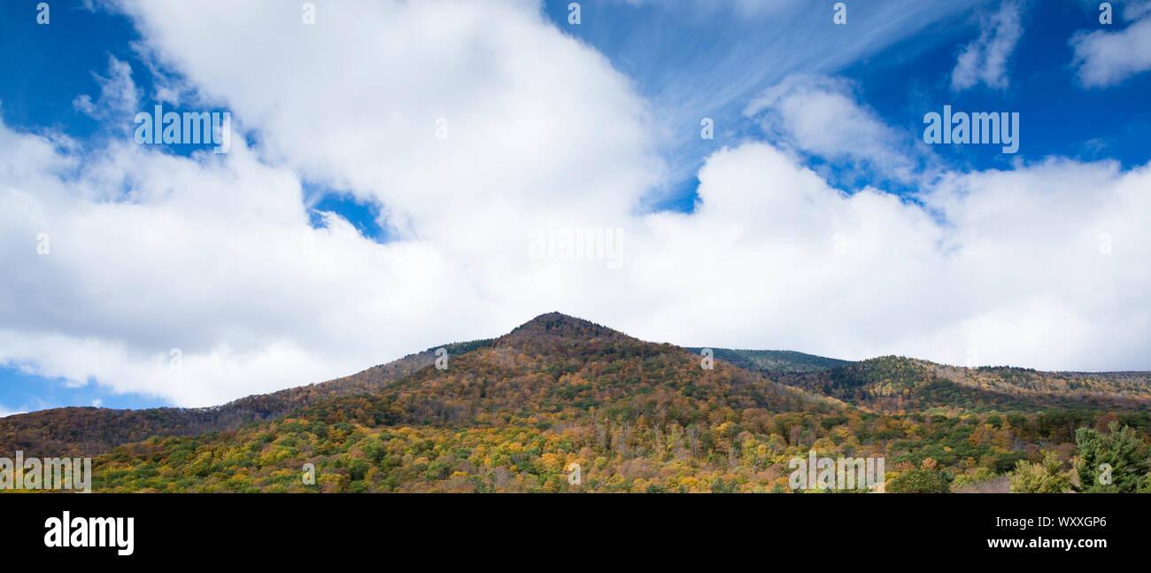 Los colores de otoño en el pintoresco y espectacular del equinoccio Montaña en Manchester, Vermont, EE.UU. Foto de stock