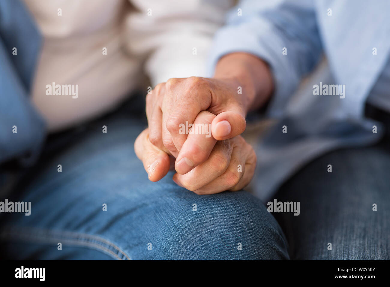 Concepto de amor y apoyo. Las parejas ancianas manos tiernamente. Foto de stock