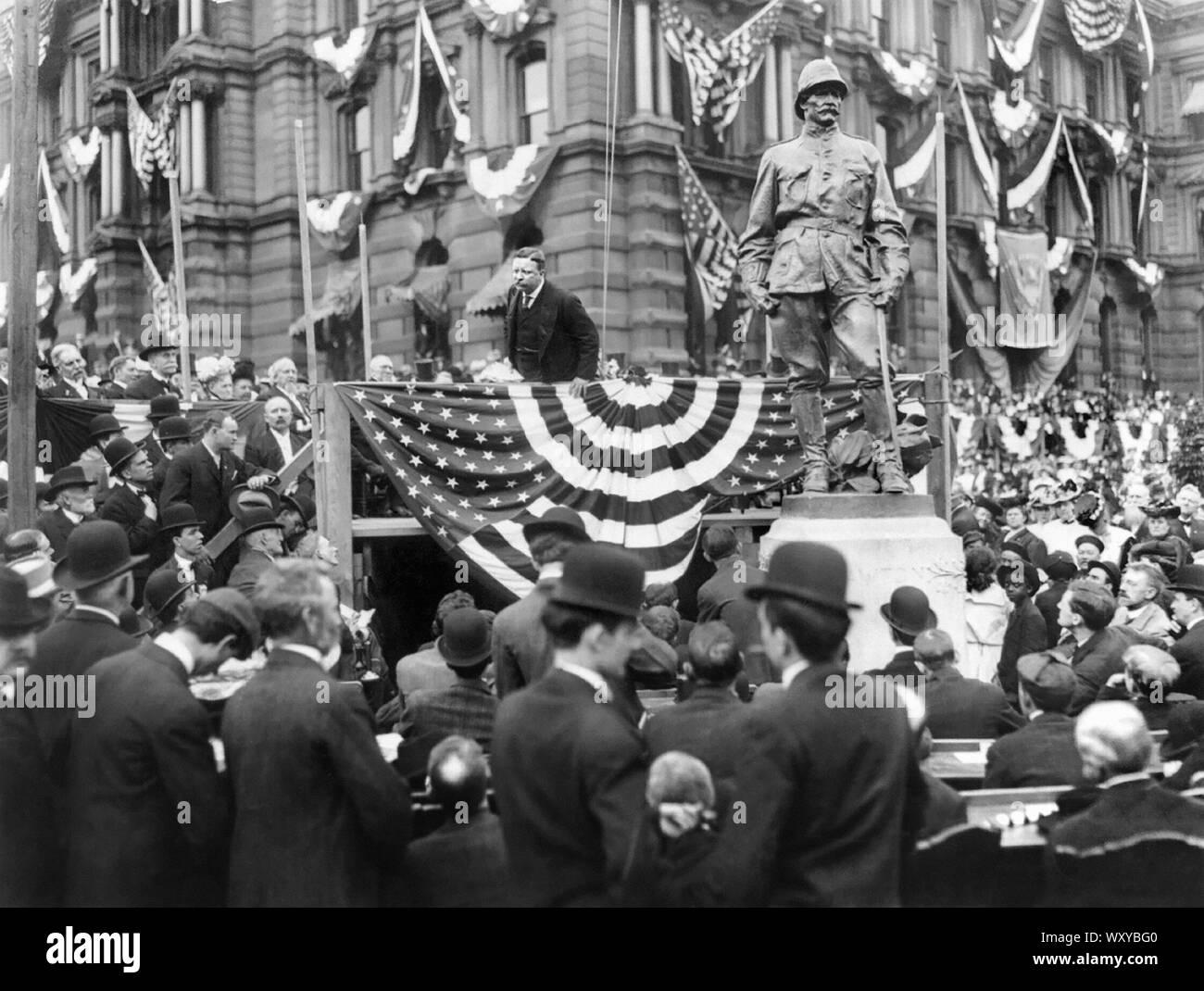 El presidente Theodore Roosevelt hablando ante una multitud desde una plataforma junto a una estatua de Henry Ware Lawton, Indianapolis, Indiana, EEUU, 1907 Foto de stock