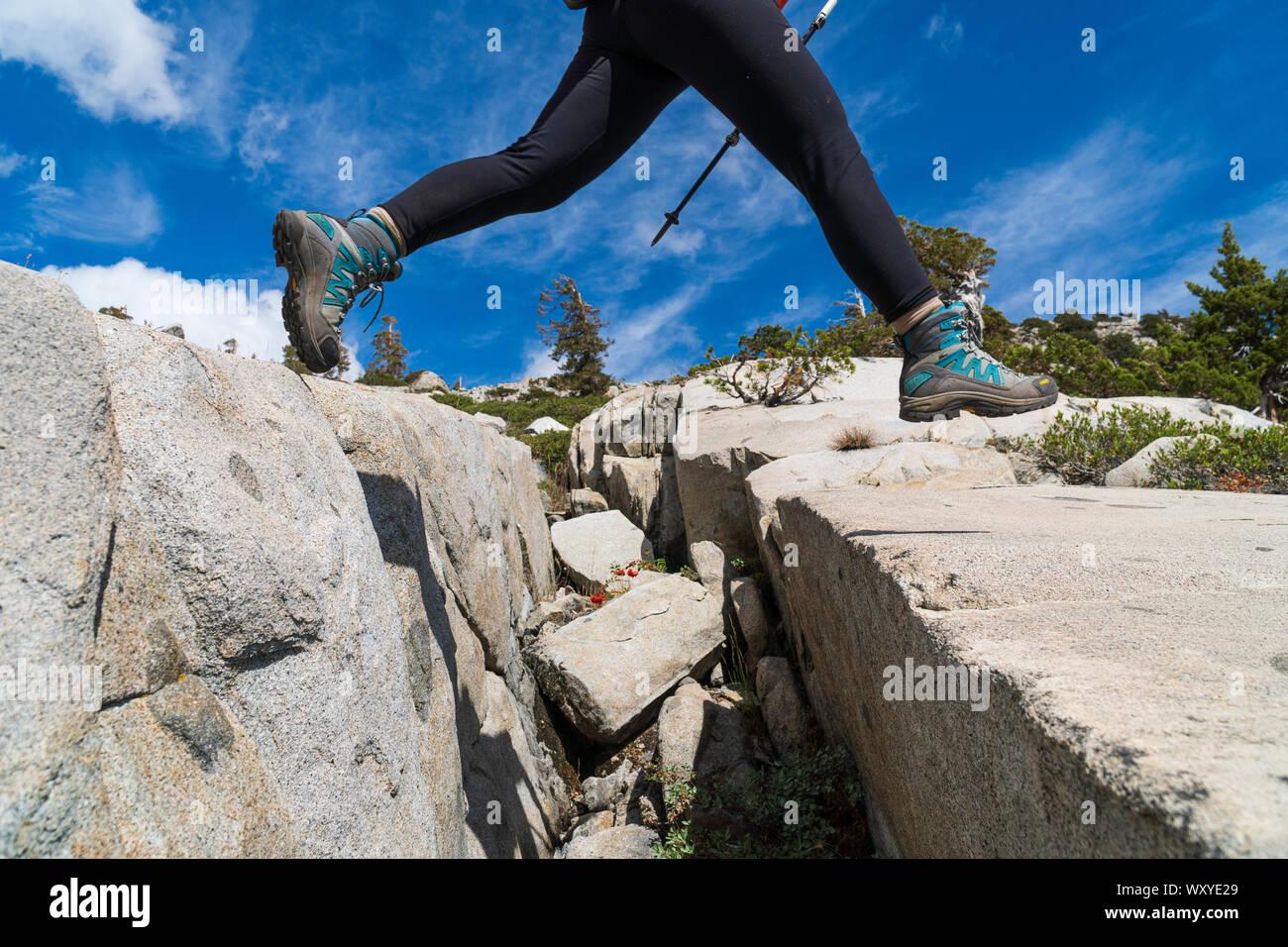 Mochilero fuera de senderos en la desolación desierto en saltar grietas de granito Foto de stock