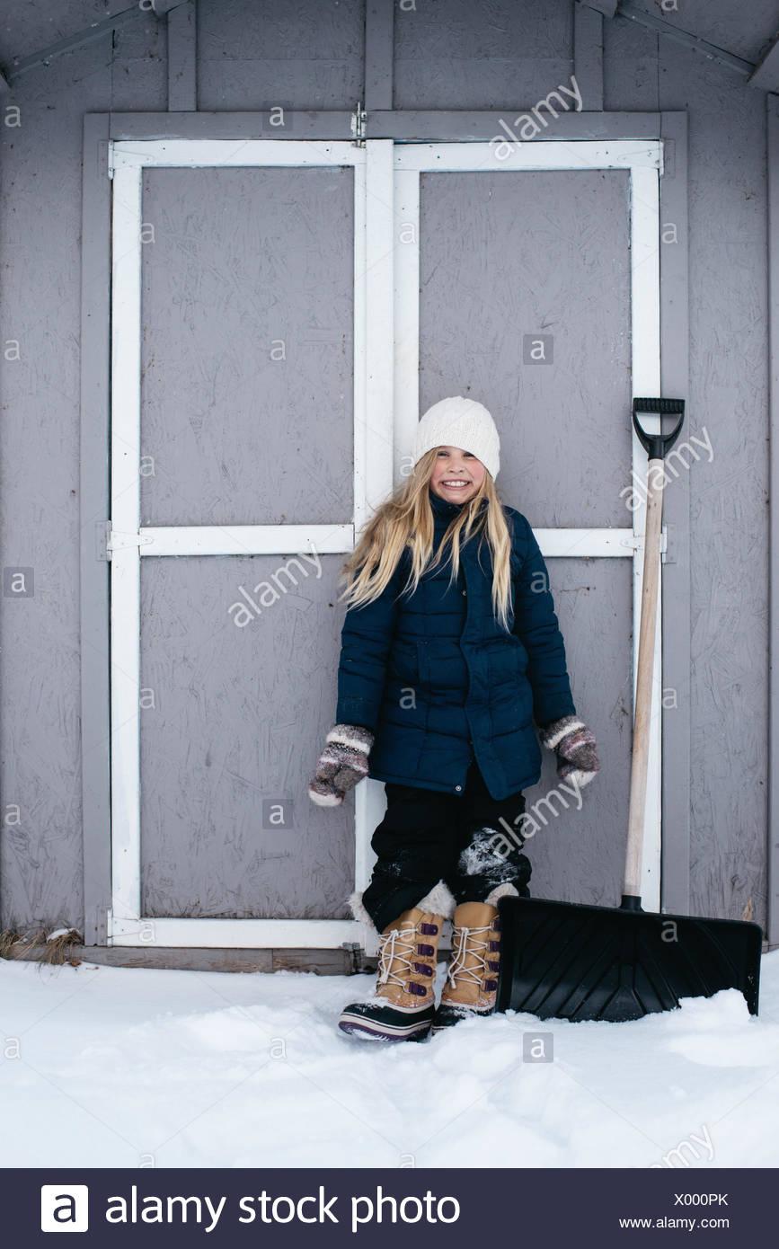 Chica sonriente con entusiasmo en la nieve Imagen De Stock