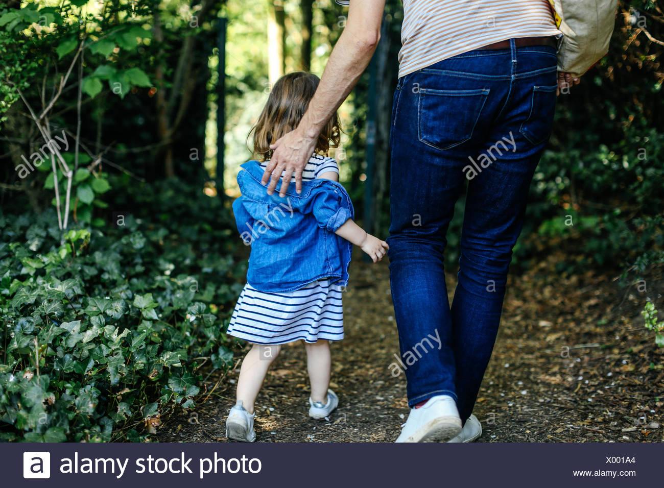 El padre y la niña disfrutando de la naturaleza a pie Imagen De Stock