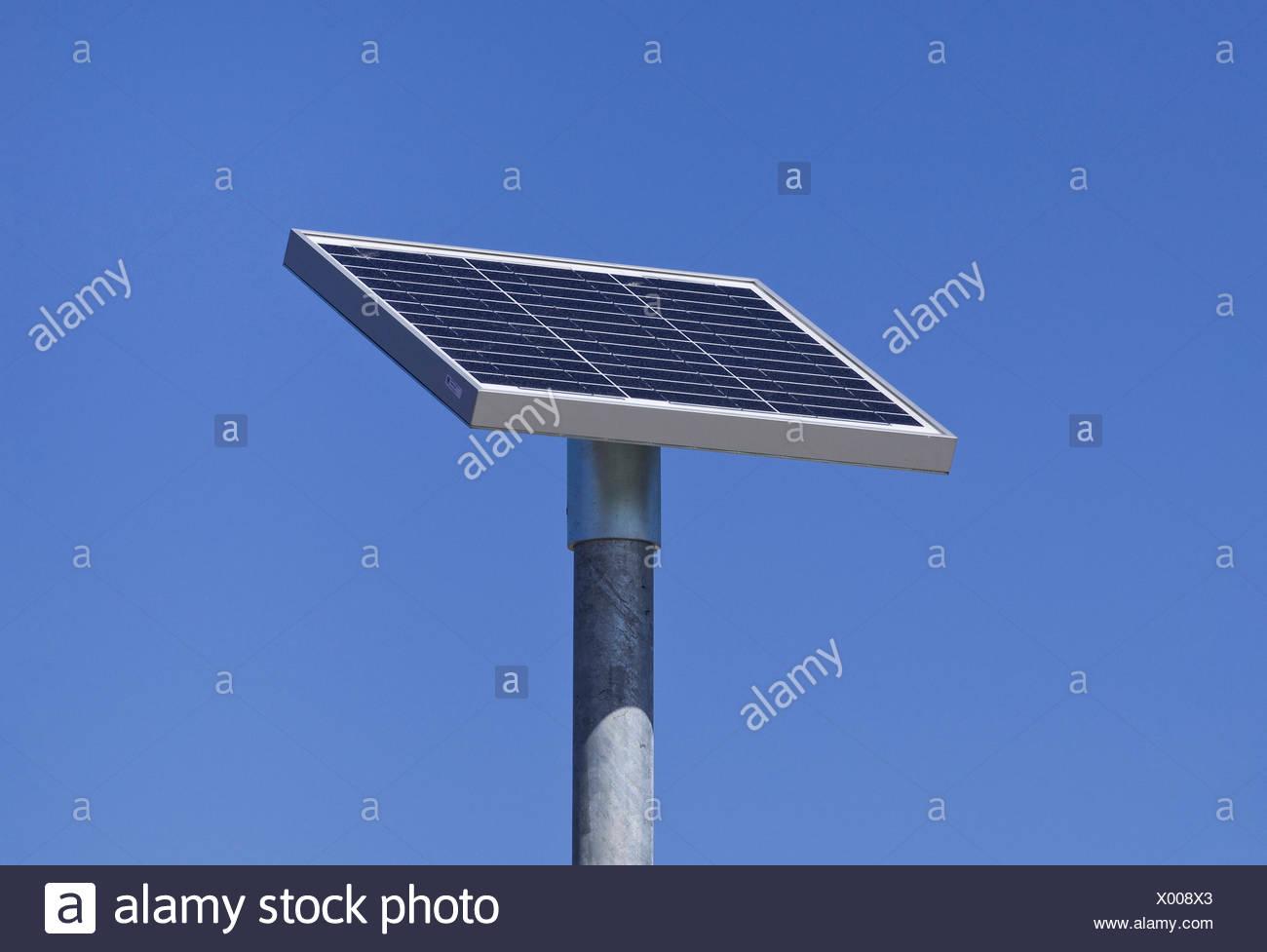 Las células solares en un poste Foto de stock