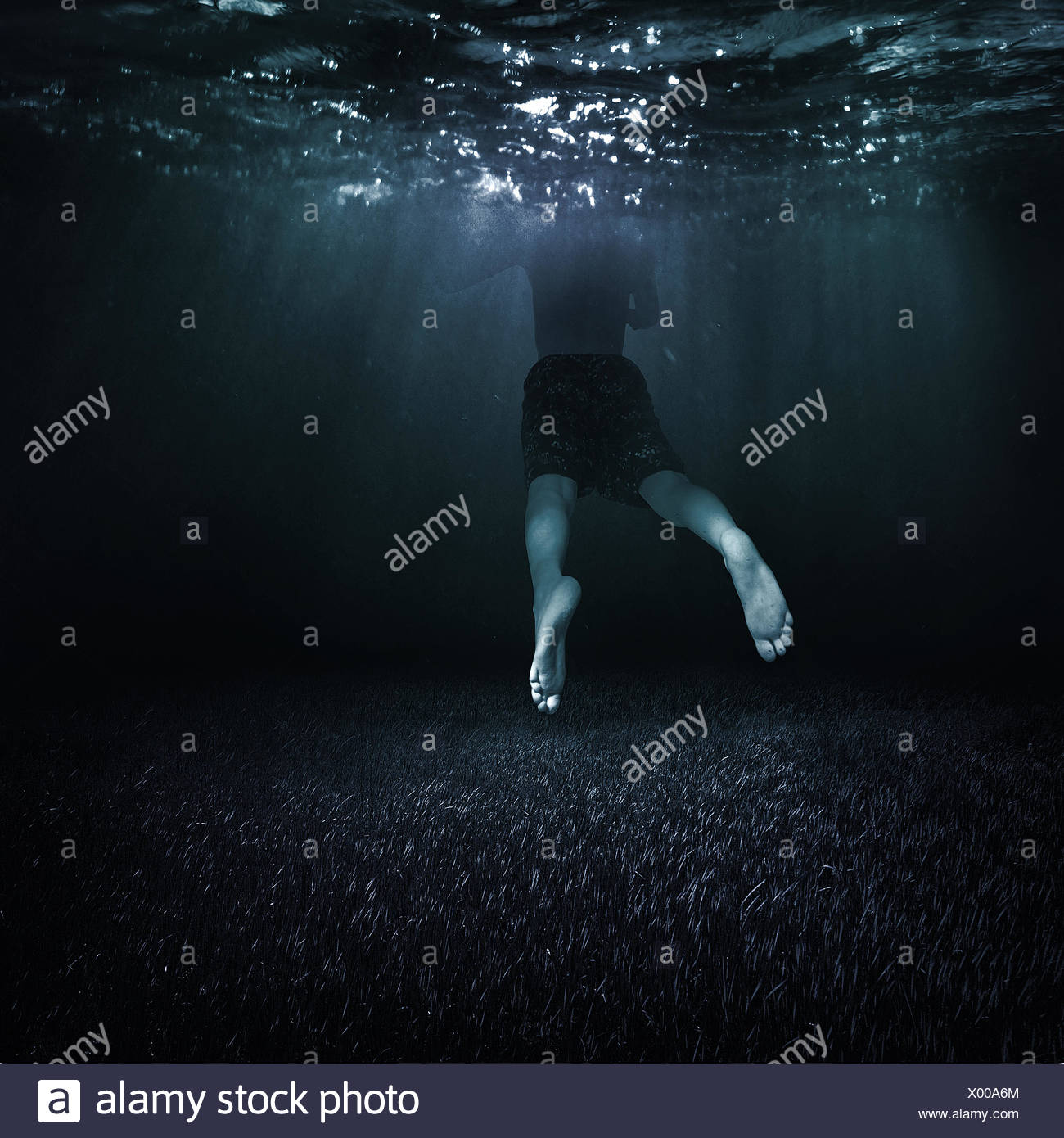 Canadá, Columbia Británica, Vancouver, Boy (10-11) nadando en el agua oscura Imagen De Stock