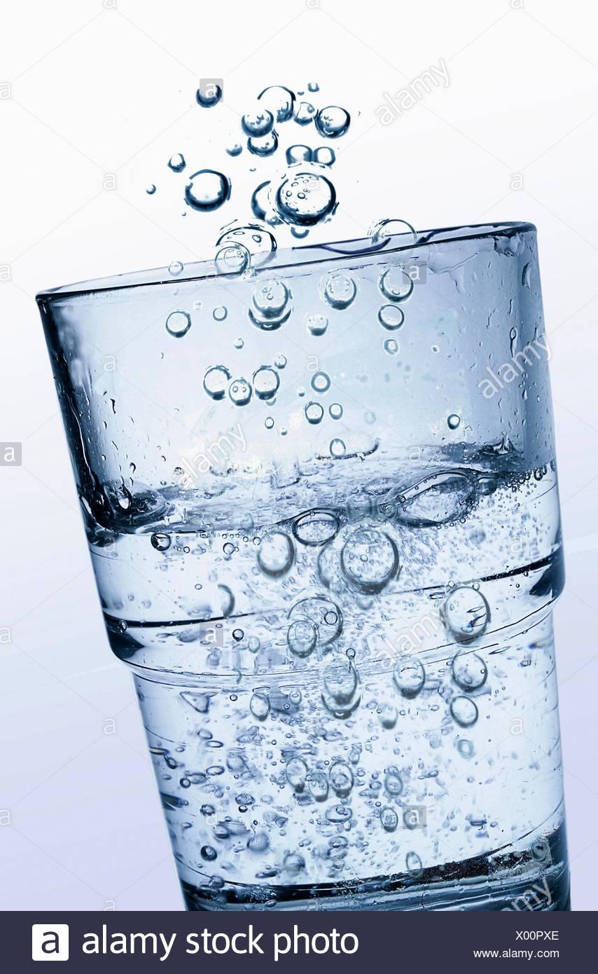 Un vaso de agua clara y fresca lotes de espumante ácido carbónico. Imagen De Stock