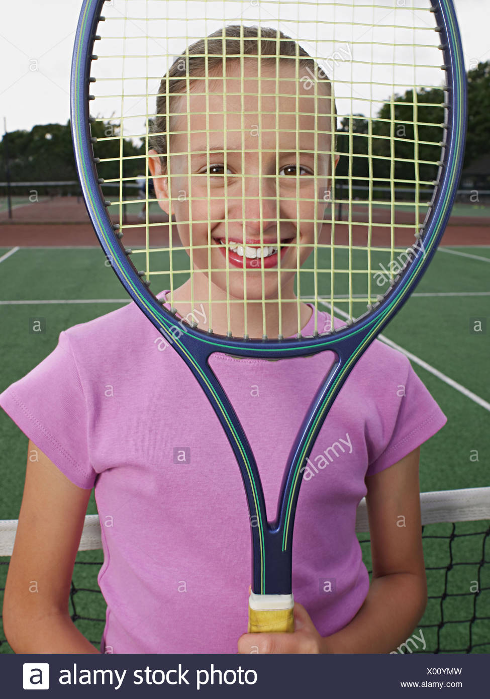 Chica sujetando una raqueta de tenis Foto de stock