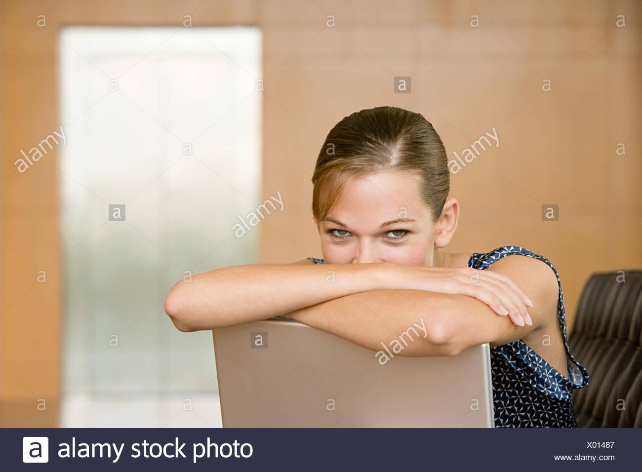 Las mujeres jóvenes con portátil Imagen De Stock