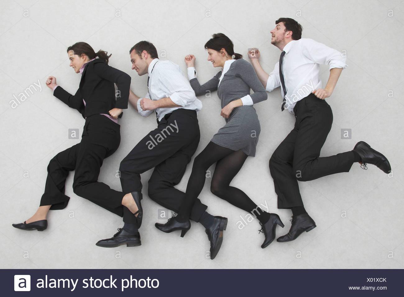 Los trabajadores de oficina en línea, vista lateral, vertical, vista elevada Foto de stock
