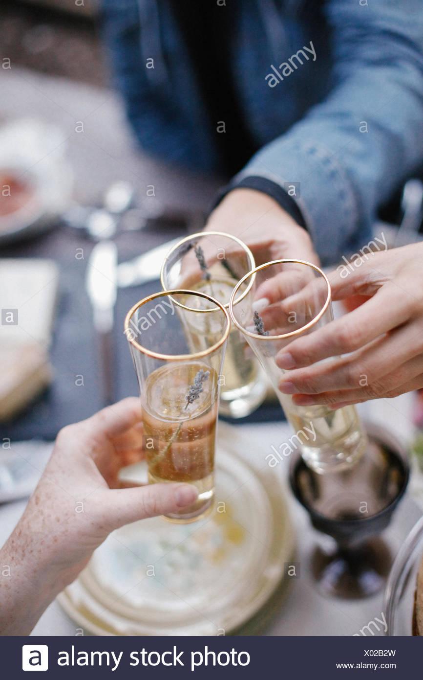Tres personas haciendo un brindis, el tintineo o gafas. Imagen De Stock
