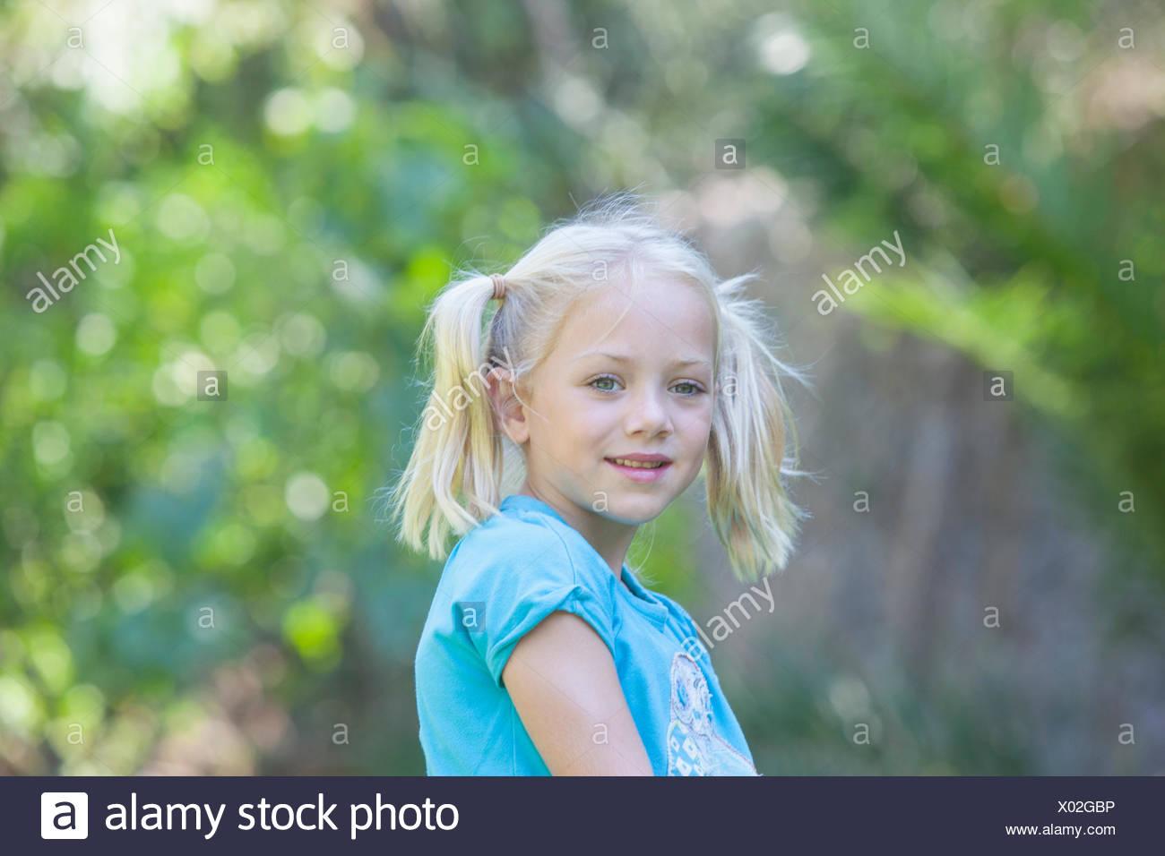 Retrato de chica buscando que fuera en el jardín Imagen De Stock