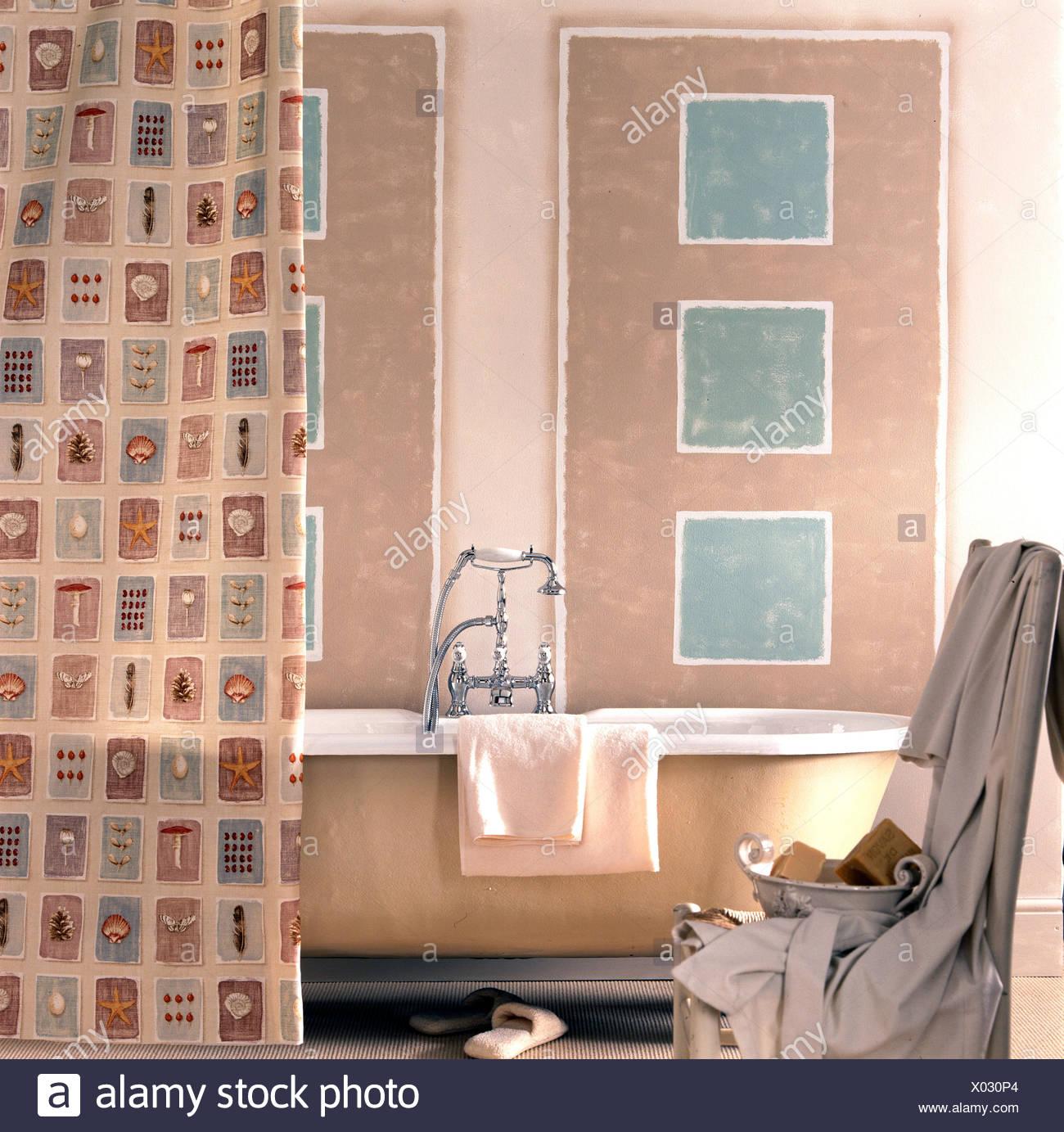 Fotos De Cuartos De Bano Pintados.Cuarto De Bano Con Paneles Pintados Y Cortina De Ducha