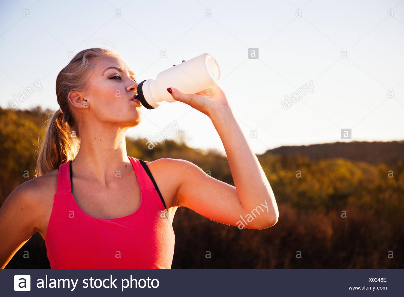Emparejador femenino desde una botella de agua potable, Poway, CA, EE.UU. Foto de stock