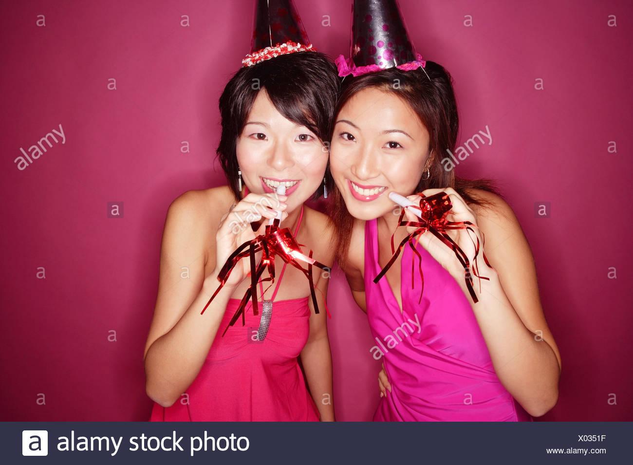 Young Women Wearing Party Hats Imágenes De Stock   Young Women ... 37e153f37e7
