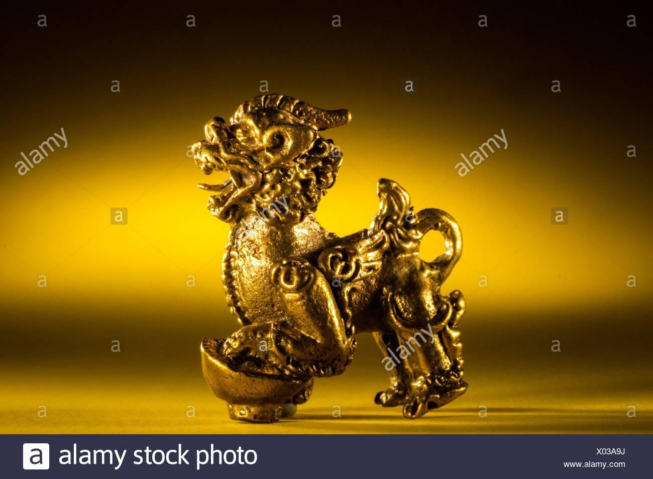 Amuleto de latón 'pi-yao' León para la búsqueda de la riqueza, desde Tailandia en ajuste de estudio. Imagen De Stock
