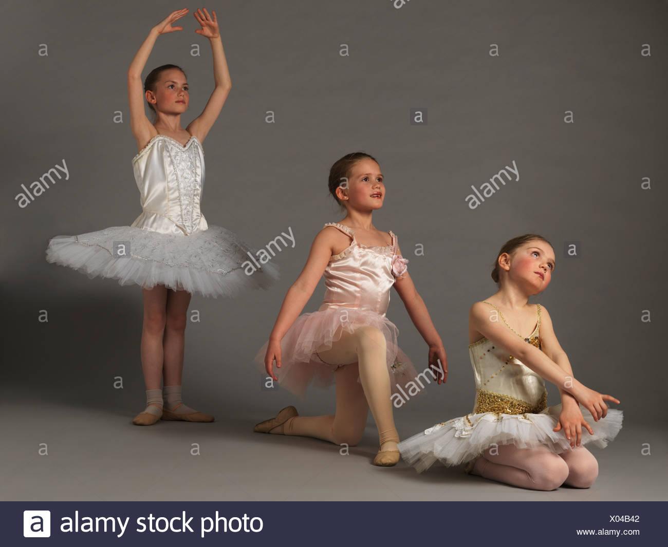 Tres niñas posando. Imagen De Stock