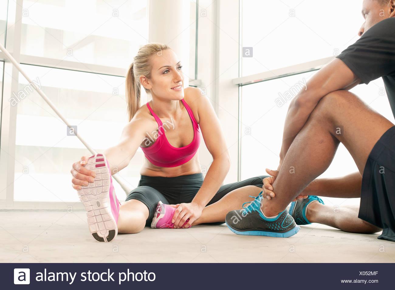 Amigos estiramiento en el gimnasio Imagen De Stock