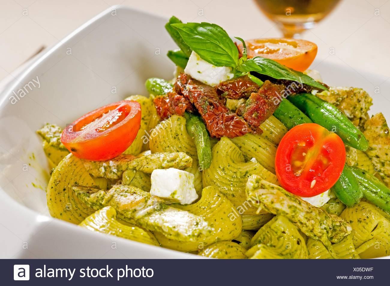 Lumaconi pasta fresca y salsa pesto con verduras y tomates secados,típica comida italiana. Imagen De Stock