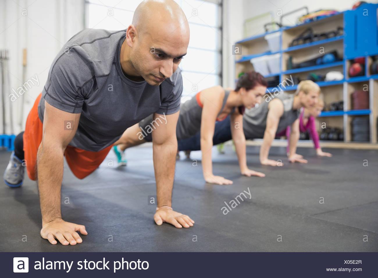 El hombre practicando plank hold Imagen De Stock