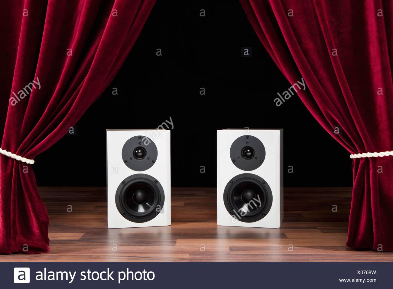 Dos altavoces de audio en un escenario de teatro Foto de stock